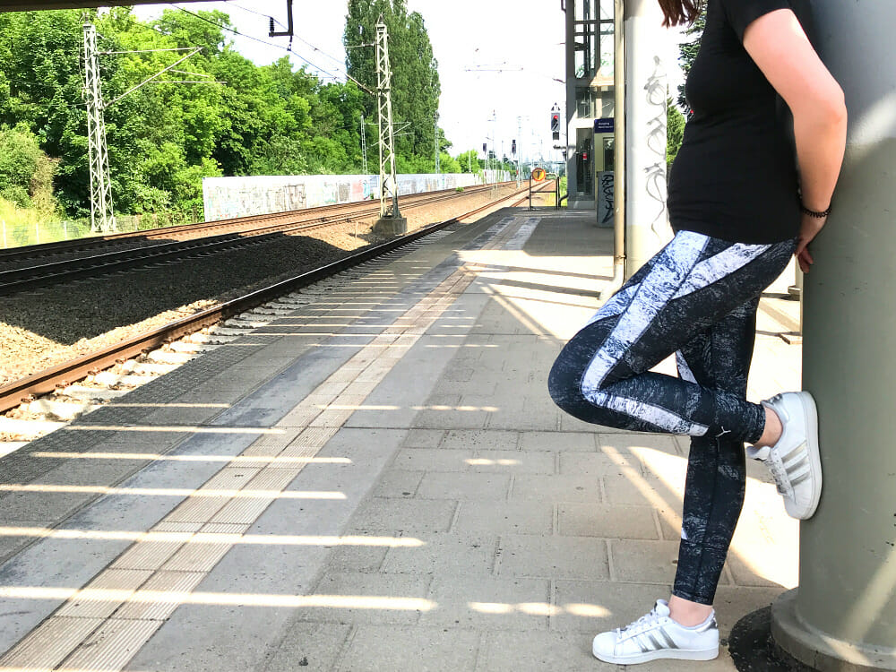 Puma Explosiv Tights am Bahngleis