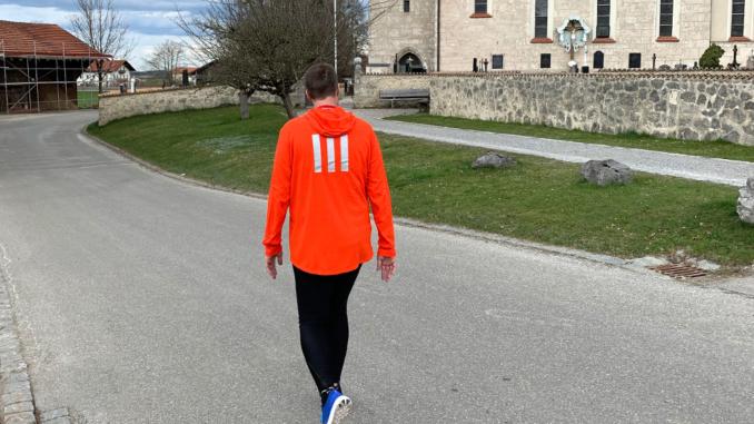 Manuel Nike Tights wandern auf einer Straße vor einer Kirche